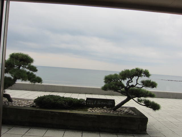 2・湯の川温泉から海.JPG